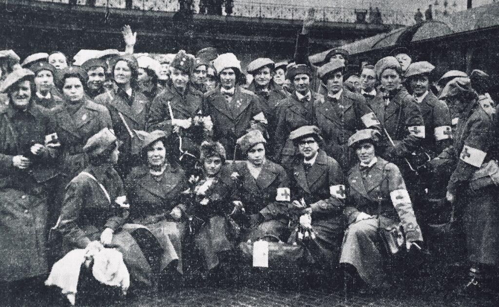 Billede af en gruppe danske sygeplejersker, der i april 1940 kom hjem til Danmark, efter at have hjulpet og ydet tjeneste i Finland under vinterkrigen - Billede: Kolding Socialdemokrat, 23. April 1940, netudgave krigendagfordag.dk
