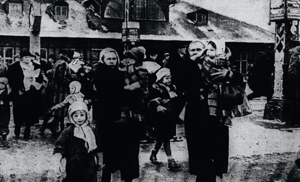 Billedet viser de første evakuerede finske mødre og børn, som er ankommet til København marts 1940