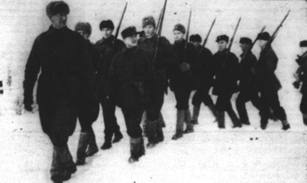 En afdeling af de danske frivillige får de afsluttende træning i Nordfinland, inden de skal sendes til fronten. Marts 1940