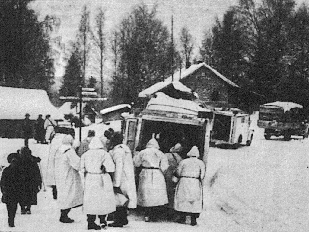 Danske læger og sygeplejersker i bag fronten i Finland. Billedet gengivet i Kolding Folkeblad den 12. marts 1940 - Krigendagfordag.dk