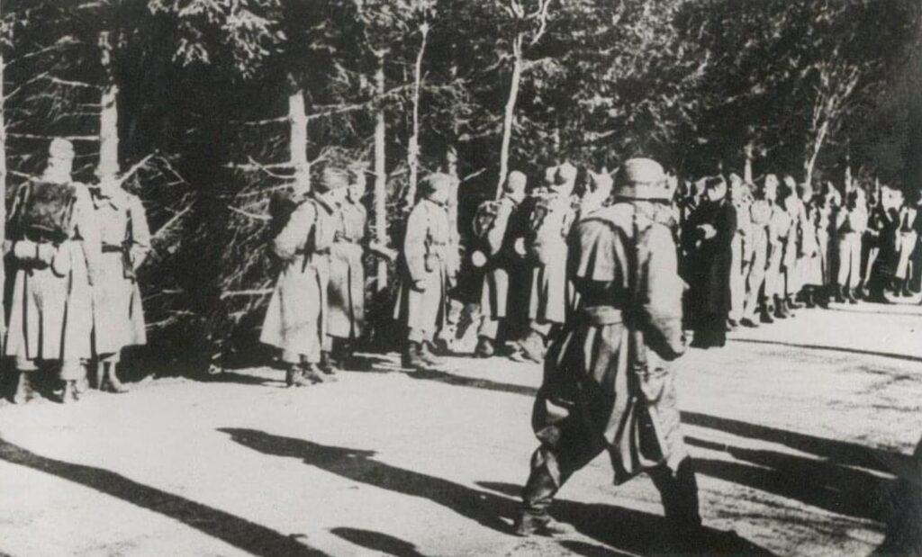 """Afvæbning af danske soldater ved Bjærgskov i Sønderjylland den 9. April 1940. Privat foto, Kristian Nefer, facebook gruppen """"9. April 1940, i kamp for Danmark i Sdr.Jylland"""""""