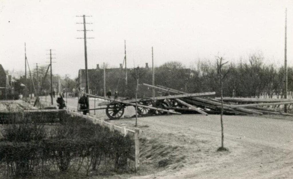 Vejspærring bygget tidligt om morgenen af danske soldater udenfor Haderslev den 9. April 1940, for at forhindre den tyske fremrykning.