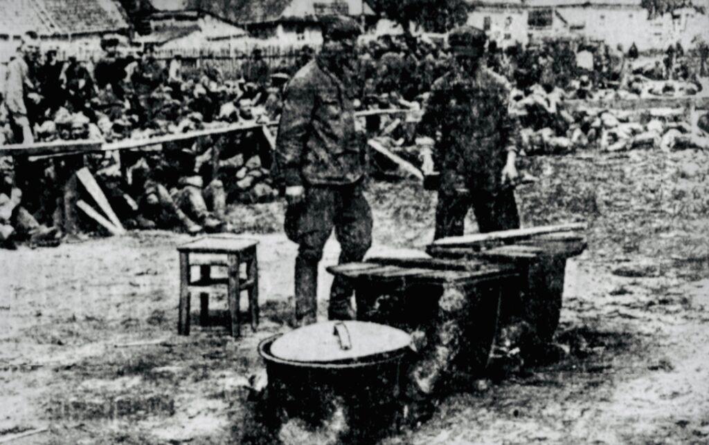 Fra en tysk fangelejr på Østfronten, billede viderebragt i det nazistiske parti DNSAP's partiavis Fædrelandet den 18. august 1941. Ukendt fotograf.