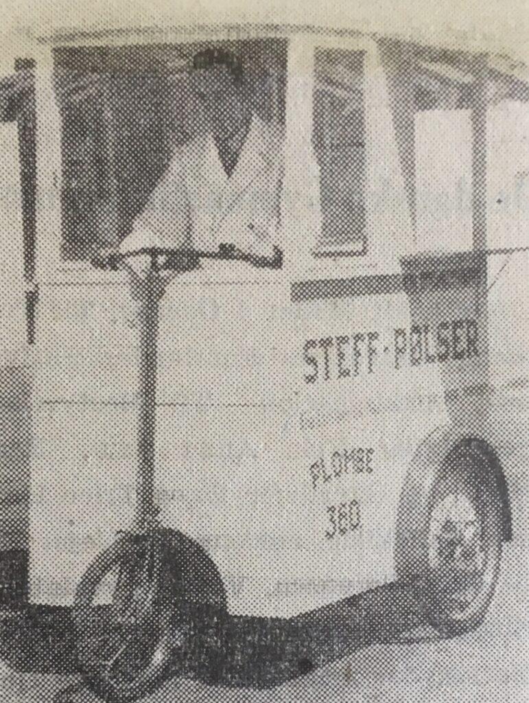 I juni måned 1940 sås for første gang i København Pølsecyklen. Når pølsemanden er nået frem, han sadlen vendes og der kan sælges pølser fra vognen. Billede bragt i Kolding Socialdemokrat, 17. Juni 1940, digital udgave af krigendagfordag.dk